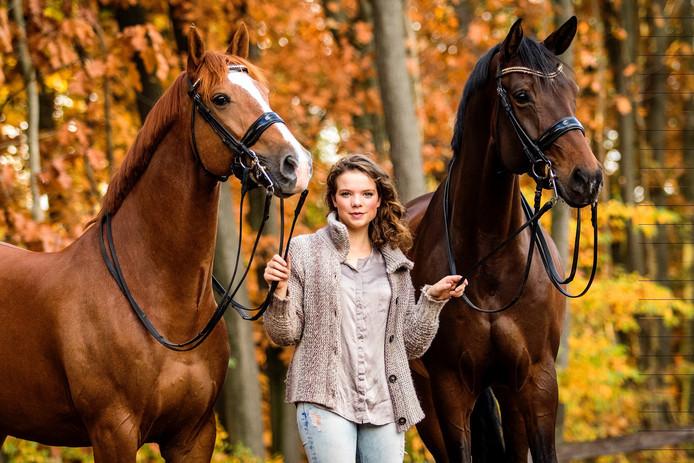 Febe van Zwambagt uit Bergharen met haar 2 paarden.