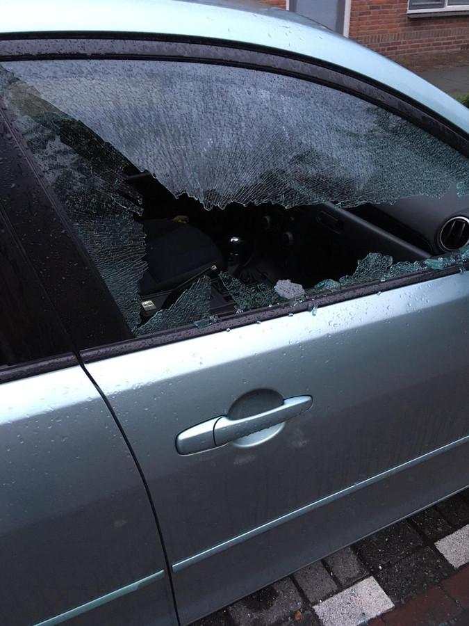 Een van de vernielde voertuigen in Etten-Leur. Er werden minstens twintig auto's kapotgemaakt.