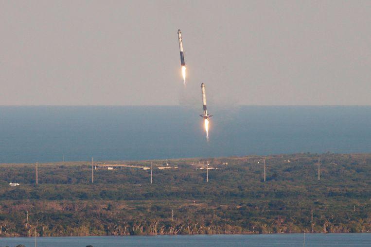 8 minuten later landen twee boosters al terug op Cape Canaveral.r