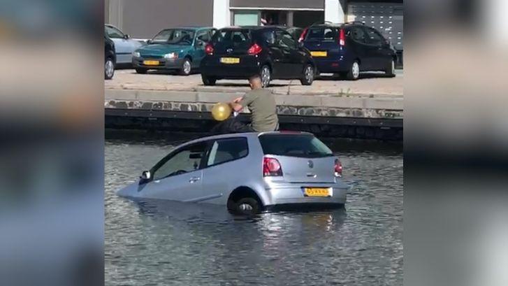 Bestuurder raakt te water en neemt lachgasballon op autodak