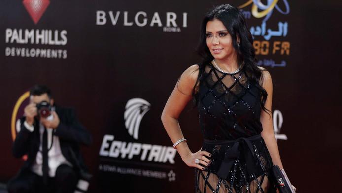 L'actrice égyptienne Rania Youssef avait défilé jeudi sur le tapis rouge habillée d'une robe moulante en haut et droite et transparente en bas laissant voir ses jambes.