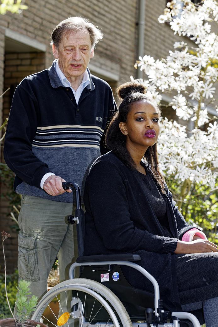 Freek Claasen senior met Nadiya Mohado, de vriendin van zijn zoon. Nadat ze in psychotische toestand uit het raam klom en twee verdiepingen naar beneden viel, liep ze lichamelijk letsel op en is voorlopig veroordeeld tot de rolstoel.