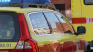 Wagen rijdt tegen enkele geparkeerde voertuigen: bestuurder lichtgewond