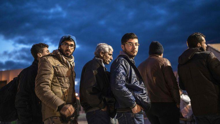 Vluchtelingen wachten op de trein naar Servië in Gevgelija bij de Grieks-Macedonische grens. Beeld afp