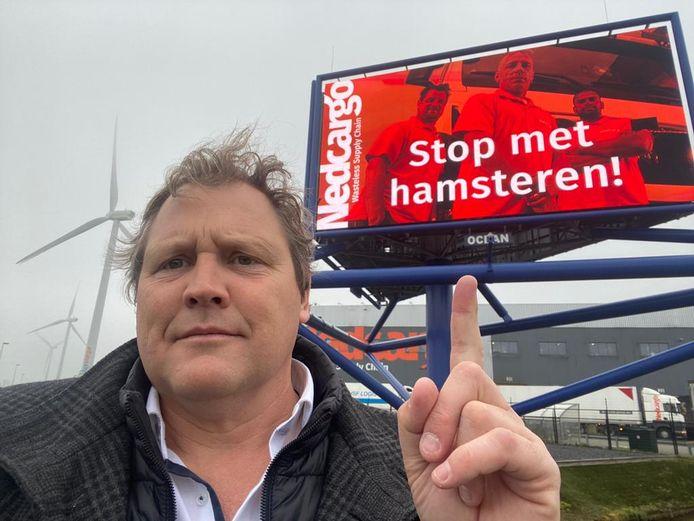 Directeur Diederik Jan Antvelink van transportbedrijf Nedcargo roept Nederland op te stoppen met hamsteren via een billboard langs de A12.