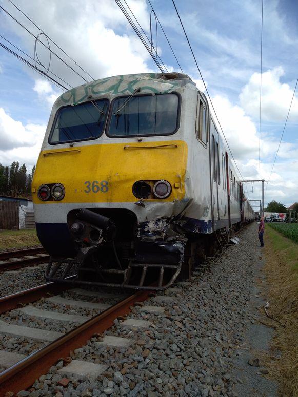 De schade aan de voorkant van de trein.