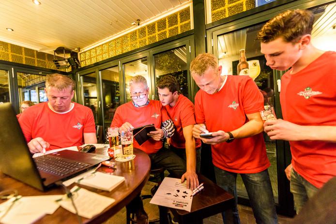 Ook in dorpscafé Roothans zat een team tot kort voor middernacht te puzzelen op de antwoorden van de eerste Lindse Durpskwis.