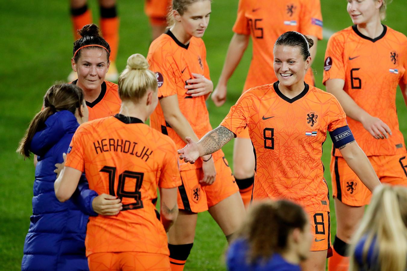 Sherida Spitse (r) viert EK-kwalificatie met de Oranjevrouwen.