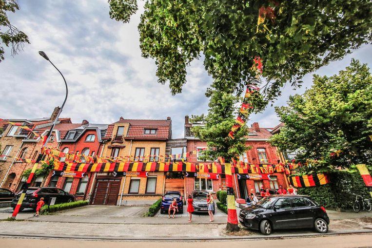 Zelfs de boomstammen zijn met de Belgische driekleur omzwachteld.