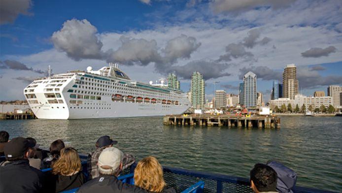 Het cruiseschip Dawn Princess in de haven van San Diego.