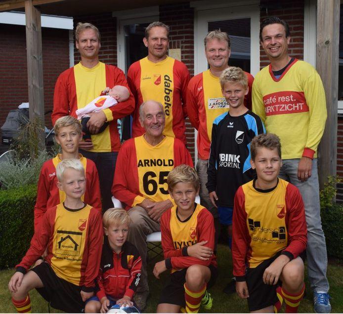 Arnold Mosterman kreeg een speciaal shirt van SV Dalfsen toen hij 65 jaar werd en werd vereeuwigd met zijn voetballende zonen en kleinkinderen.