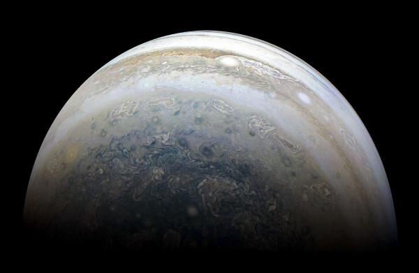 **Nieuw ontdekt Jupitermaantje beweegt als botsauto tegen de stroom in**