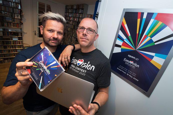 Eurovisie Songfestivaladepten Michiel le Blanc (links) en Haiko Roos balen: het lukt ze maar niet om voor de week van het 'ESF' een hotel te vinden dat een beetje centraal ligt in Rotterdam én tegelijkertijd enigszins betaalbaar is.