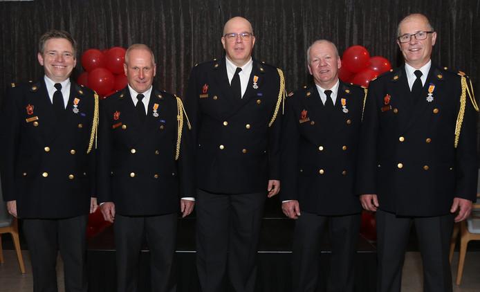 Brandweermannen uit Helvoirt kregen een lintje. Van links naar rechts: Harold Verhoeven, Nico van de Sande, Marco van Bommel, Willem van Roessel en Coen Simons.
