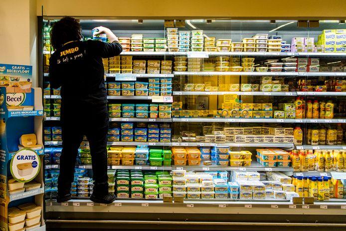 Een supermarktmedewerker in Zwijndrecht vult het zuivelschap. Jonge vakkenvullers zijn zich niet altijd bewust van hun rechten als werknemer. Foto ter illustratie.