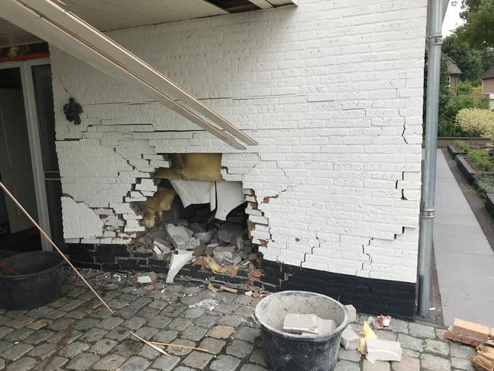 De ravage aan de woning op Gruunsel in Uden waar dinsdagochtend een auto tegen de muur tot stilstand kwam