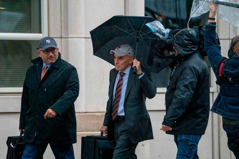 Guzmans advocaten Eduardo Balarezo (l) en William Purpura (m) arriveren bij de rechtbank in New York voor de selectie van de juryleden voor het proces tegen hun cliënt.