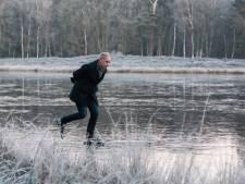 Eerste schaatsers wagen zich op dun laagje ijs op Pluismeer