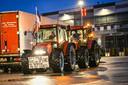 Boeren hebben met tractoren het distributiecentrum van Lidl in Heerenveen geblokkeerd.