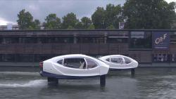 Futuristische watertaxi op de Seine