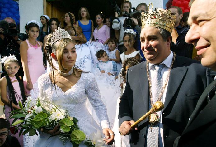 Florin Cioaba en zijn dochter Ana-Maria, op haar huwelijksdag, 27 september 2003, in Sibiu (Roemenië).