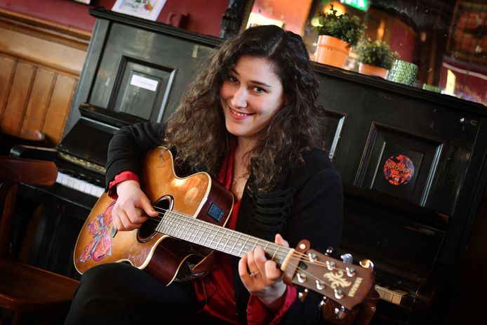 Isabelle Wolff is hard op weg om de wereld te veroveren met haar liedjes over de liefde.