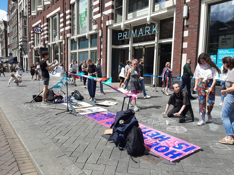 Actie tegen winkelketen Primark op het Damrak. Beeld Marc Kruyswijk