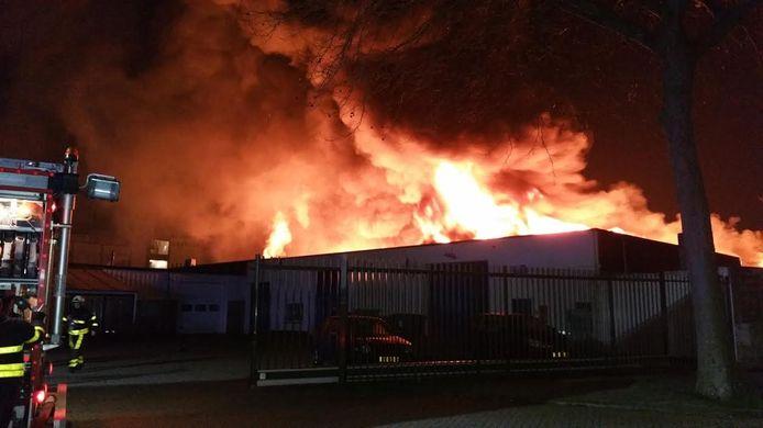 De vlammen die te zien waren vanaf de Ringbaan-Oost.