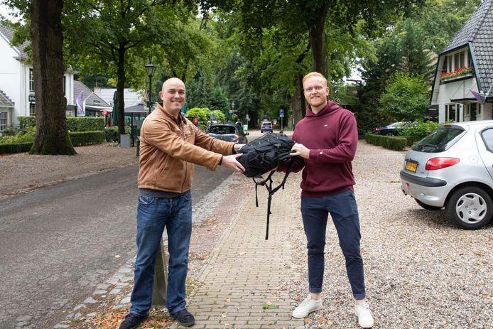 Lage Vuurschenaar Reza Hamida (links) kon zondag Nijmegenaar Maarten (rechts) zijn tas teruggeven .