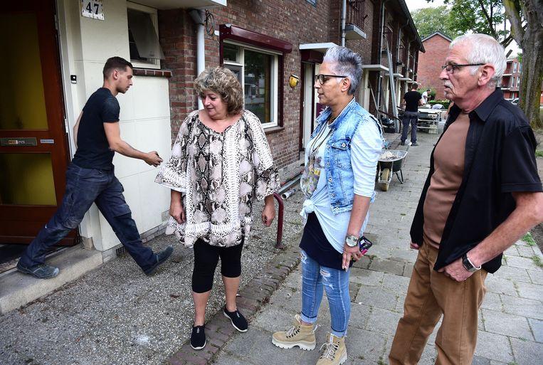 Briggitte en Martie lopen regelmatig door de wijk om her en der een praatje te maken.  Beeld Marcel van den Bergh