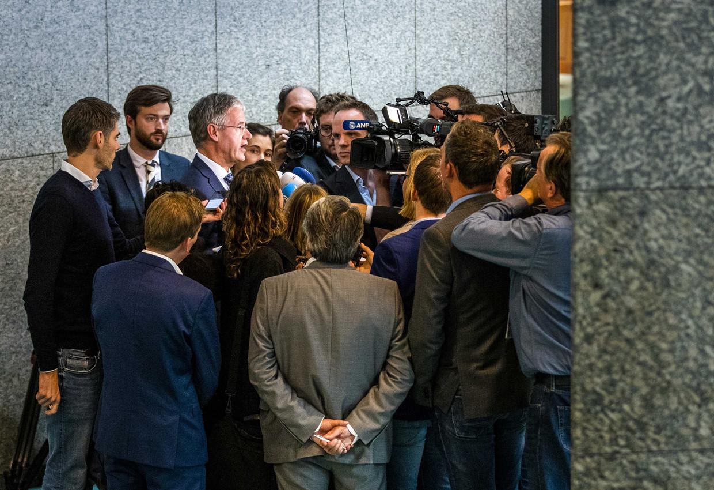 Minister Slob legt het uitstel voor het Cornelius Haga Lyceum uit.