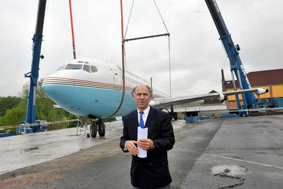 Walter Govaert aan de Boeiing 707 op de parking van Gowalt. In 2014 liet hij hem op het dak van de feestzalen plaatsen