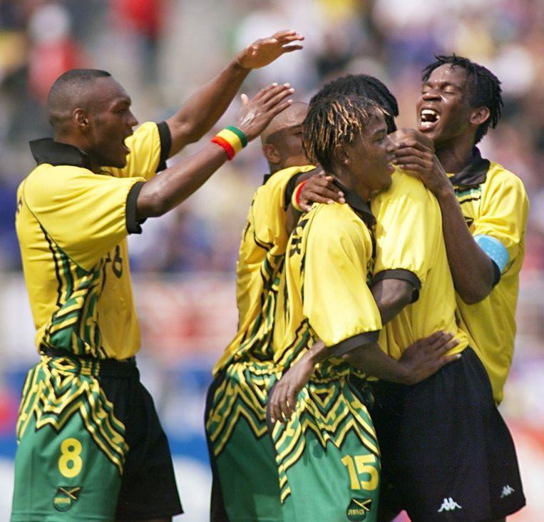 WK 1998 in Frankrijk: Marcus Gayle, Ricardo Gardner en Ian Goodison met een knuffel voor doelpuntenmaker Theodore Whitmore in de poulematch tegen Japan.