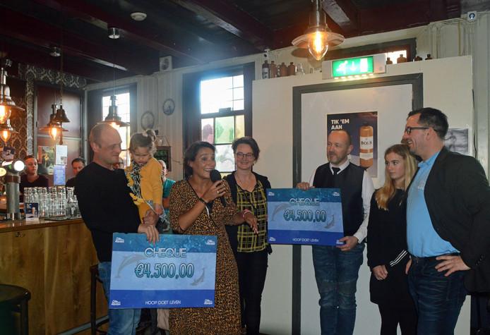 Joost, Celeste en Cathelijne van der Kolk (links) en Sylvia en Reinier van der Giessen (midden) waren blij verrast met de steun. Rechts staan John Hage, die de pubquiz begeleidde, en zijn dochter Jasmijn.