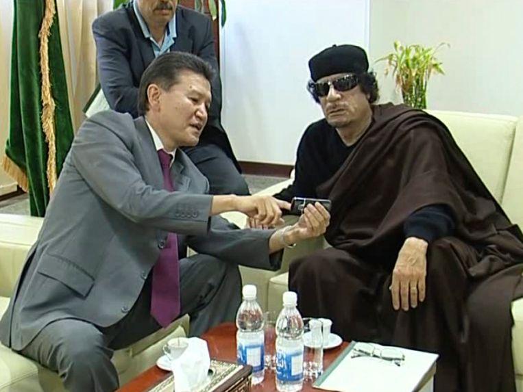 Kirsan Iljoemzjinov met de voormalige Libische dictator Moammar Kadhafi Beeld EPA