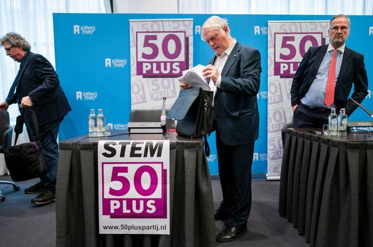 Jan Nagel (midden) tijdens een persconferentie van 50Plus.  Beeld Freek van den Bergh / de Volkskrant