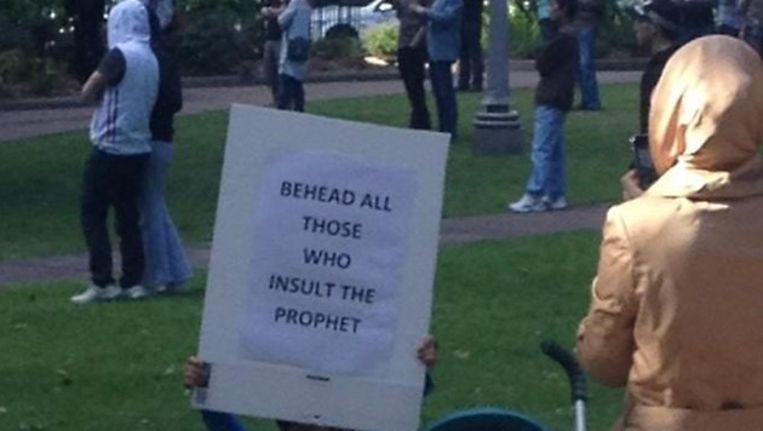 """Haar vierjarige zoontje droeg een bord met daarop: """"Onthoofd al wie de profeet beledigt."""""""