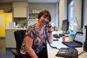 Mentor Marie-Anne van de Broek-Sitters belt met haar toch wat nerveuze leerlingen.