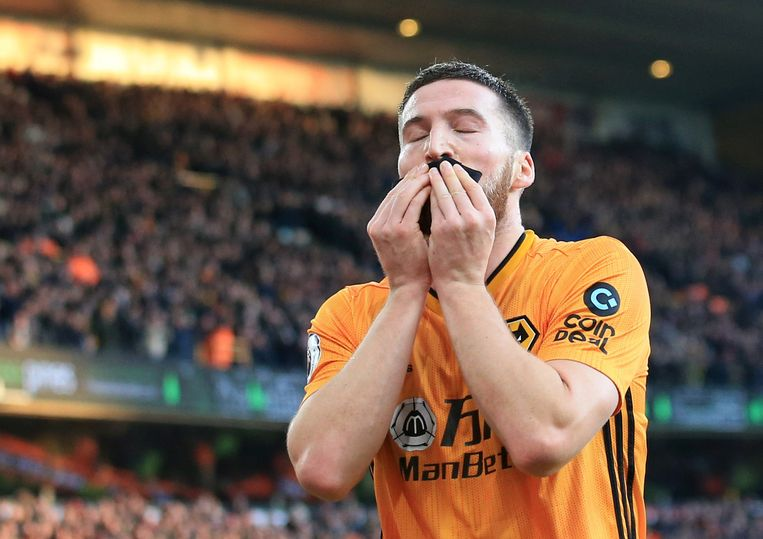 Matt Doherty van Wolverhampton kust na zijn goal tegen Sheffield United de rouwband die hij droeg.