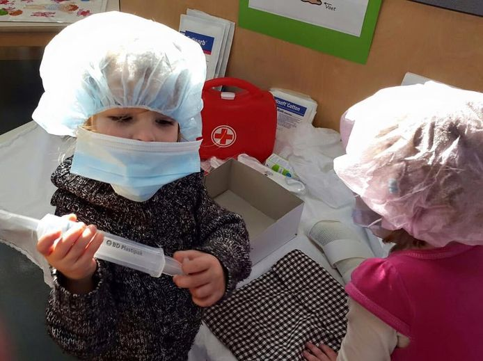 Kinderen spelen met medische spullen