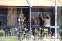 Zanger Bart de Rooij zingt bij verzorgingshuis in Boxtel.