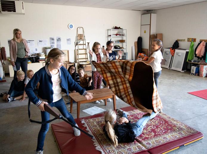Leerlingen uit groep 7 van Openbare Basisschool Brandevoort repeteren voor 'Oorlog in mijn Stad'.