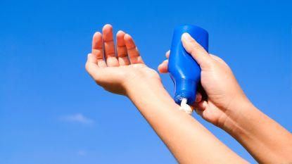 Waarom je nooit met zonnecrème op je handen moet autorijden
