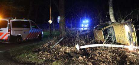 Automobiliste verliest macht over het stuur en slaat met auto over de kop in Beekbergen