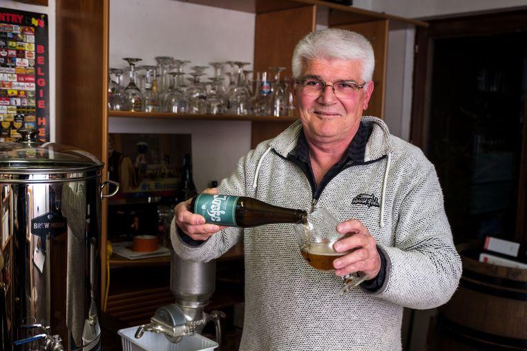 Hobbybrouwer Patrick Volders is aan zijn derde bier toe. Naast Joske en Lily heeft hij nu ook Dark Lewis.