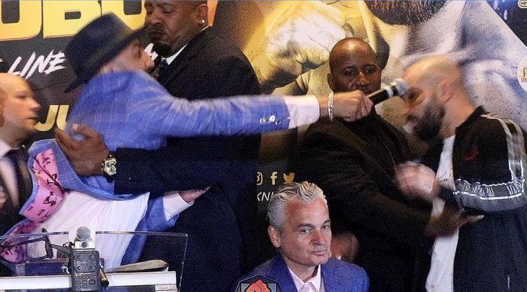 Malignaggi slaat Lobov met een microfoon tijdens de persconferentie.