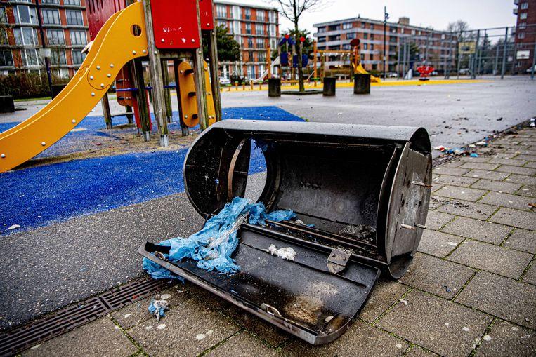 Een door vuurwerk opgeblazen prullenbak. Tijdens de jaarwisseling is op z'n minst voor 15 miljoen euro schade aangericht aan huizen en auto's.  Beeld ANP
