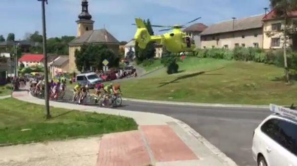 De helikopter steeg net naast de weg op. En dat hebben de renners gemerkt.