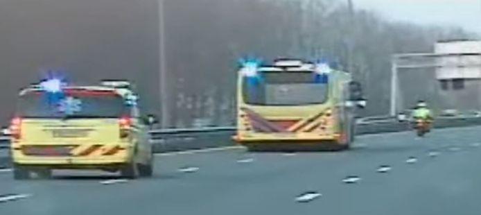 Beeld uit een YouTube-video van een deel van het corona-transport. De speciale ambulancebus heeft hier net de A50 verlaten en is de A28 bij Zwolle opgedraaid, op weg naar Groningen.
