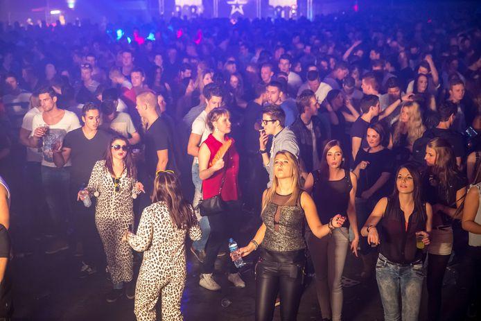 Duizenden bezoekers tijdens een feest in de IJsselhallen, 2013.